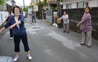 早朝からラジオ体操に取り組む浦西地区の住民=3日、沖縄県浦添市西原