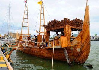 約1カ月かけてインドネシアから那覇港に到着した復元された帆船=13日午後、那覇市通堂町