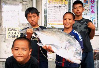 伊平屋島で85.5センチ、7.73キロのガーラを釣った吉村海斗さん(右から2人目)=8月25日