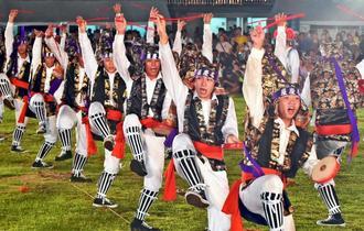 躍動感あふれる演舞を披露した屋慶名青年会=8日、うるま市与那城総合運動公園陸上競技場(金城健太撮影)