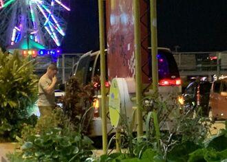 白タクとみられるYナンバーのワゴン車に乗り込む外国人男性=6月15日午後11時15分、北谷町美浜