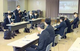 東京五輪・パラリンピック組織委(左側)と北海道、札幌市による実務者会議=19日午後、札幌市役所(代表撮影)