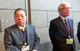 就任あいさつで防衛省を訪ね、記者の質問に答える安慶田副知事(左)と浦崎副知事=22日、防衛省