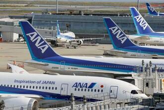 羽田空港に駐機する全日空機=27日午後