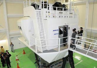 JTAが自社パイロット訓練用に使うフライトシミュレーター装置=20日、那覇空港施設内