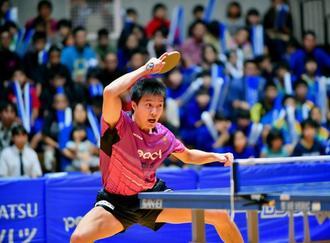 多くの観客が声援を送る中、熱戦を繰り広げる琉球アスティーダの江宏傑選手=8日、沖縄市体育館(金城健太撮影)