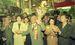 投票を翌日に控え、那覇市内の商店街をローラー作戦で有権者に支持を訴える大田昌秀候補。左から2人目は日本社会党・土井たか子委員長=1990年11月17日