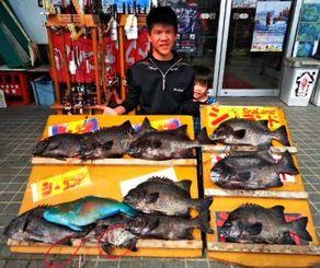 宜名真の磯で9匹のガラサーミーバイなどを釣った岸本安輝さん(左)=22日
