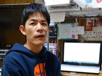 「たくさんの支援に感謝したい」と話す大城勝史さん。自宅パソコンには自身の体験をこつこつと書きためた「10万5千字」が保存されている=10日、豊見城市