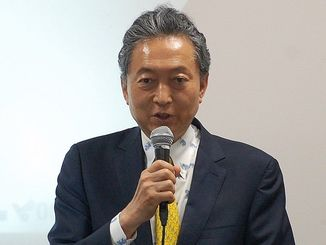 中国との経済交流の可能性について講演する鳩山由紀夫氏=20日、那覇市内