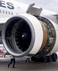 那覇空港に引き返したJAL機。着陸後の機体は左エンジンが損傷していた=2020年12月(乗客提供)