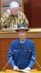 県議会の一般質問で答弁に立つ翁長雄志知事=26日、県議会