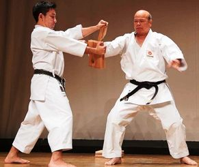 演武会で試割を行う新城清秀氏(右)=1月12日、東京・大森スポーツセンター