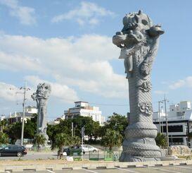 (資料写真)完成した2体の龍柱=那覇市若狭