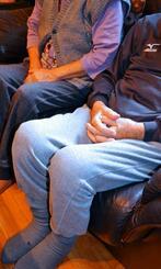 ソファに玉城義嗣さんと並んで座る妻の千代さん(左)。会話がかみ合わないこともあるが「介護は良い加減で」=豊見城市内