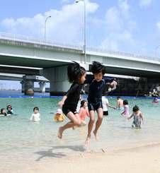 海開きではしゃぐ子どもたち=1日、那覇市・波の上ビーチ