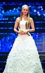 純白のゴージャスなドレスで客席に笑顔を見せる安室奈美恵