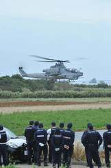 不時着場所から離陸する米軍普天間飛行場の新型攻撃ヘリAH1Z=21日午前11時14分、うるま市与那城伊計島