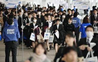 合同会社説明会の会場に向かう就職活動の学生=3月1日、千葉市の幕張メッセ