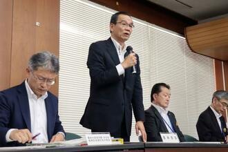 ツマジロクサヨトウの対策会議で、発言する長崎県の中村功農林部長(左から2人目)=16日午後、長崎市