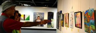幅広い年代の作品が出展された沖縄平和美術展=那覇市民ギャラリー