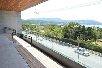 スターバックスコーヒー沖縄本部町店の海を望む2階テラス席=20日、本部町山川