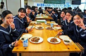 「伊江島牛サイコー」と笑顔で焼き肉を頬張る生徒=伊江村立伊江中学校