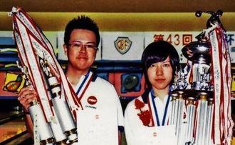 男子優勝の宇良晃(左)と女子優勝の加藤菜緒
