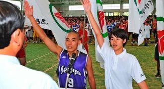 選手宣誓する西城中バスケットボール部の下地流星(左)と狩俣中バスケットボール部の根間陽佳=県総合運動公園レクドーム