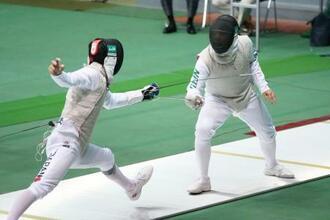 男子フルーレ準決勝 三宅諒(左)と対戦する永野雄大=駒沢体育館