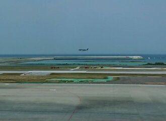 利用が始まった那覇空港の第二滑走路に着陸する民間機=26日午後、那覇空港(読者提供)