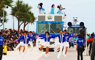 ビーチ周辺をパレードするミッキーやミニーマウスなどのキャラクター=27日、豊見城市豊崎・美らSUNビーチ