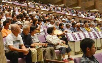 台湾と八重山のパインを巡る歴史に見入った来場者=石垣市民会館