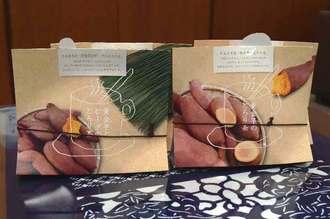 海邦商事が開発した「黄金芋のとろり茶」(右)と「黄金芋とビーグのとろり茶」=24日、うるま市役所