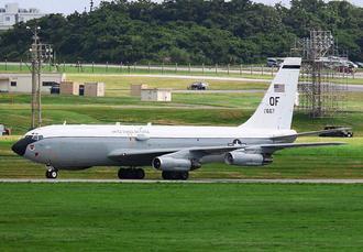 嘉手納基地に着陸した米ネブラスカ州オファット空軍基地所属のWC135W大気観測機=6日午後3時21分(読者提供)