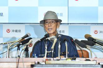 記者会見で辺野古埋め立て承認の撤回の手続き開始を表明する翁長雄志知事=27日午前、県庁