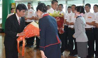 甲子園での健闘を期して、花束を贈られた糸満の上原忠監督(左)と池間誉人主将=那覇空港