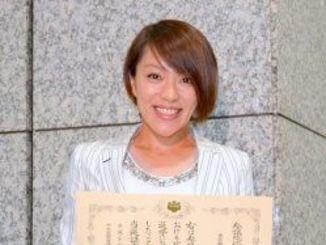 当選証書を手に意欲を語る今井絵理子氏=15日、総務省