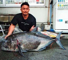 北大東島で140センチ、36.95キロのロウニンアジ釣った知花応樹さん=10月27日