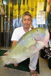 知念海岸で70・5センチ、7・4キロのマクブを釣った玉城淳也さん=8月22日
