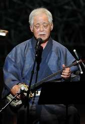 「南洋小唄」や「白黒節」などを味わい深く歌った知名定男=浦添市・国立劇場おきなわ