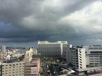 沖縄本島地方では、16日夜のはじめ頃まで竜巻などの激しい突風や急な強い雨、落雷に注意してください