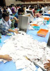開票作業の様子=2010年、沖縄県内