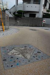 壺屋の陶工の自慢の作品が埋め込まれた歴史散歩道