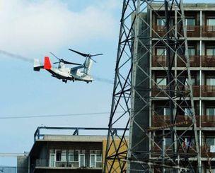 沖縄工業高等専門学校近くを飛行する米軍オスプレイ=2012年10月、名護市辺野古