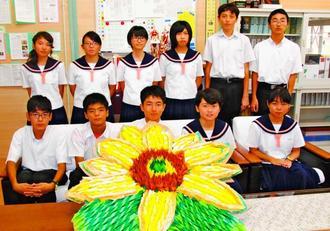 熊本・大津中へ贈る折り鶴で作ったひまわりを手にする北中城中生徒会のメンバー=北中城中学校