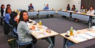 照喜名さんの講演に聞き入る九州各県の国際化協会の職員=那覇市・県市町村自治会館