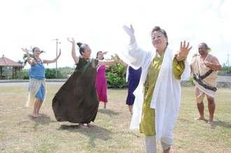 カギマナフラの成功を祈願し、カチャーシーを踊る大会出演者やツカサら=6日午前、宮古島市伊良部のホテルてぃだの郷