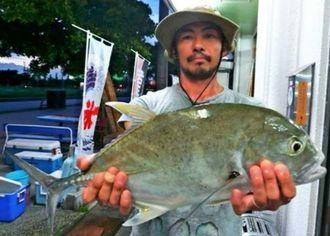 西崎漁港で2・08キロのオニヒラアジを釣った末吉明司さん=22日