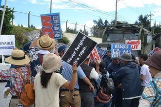 米軍車両の出入りを巡り、機動隊につめよる市民たち=23日、名護市キャンプ・シュワブゲート前